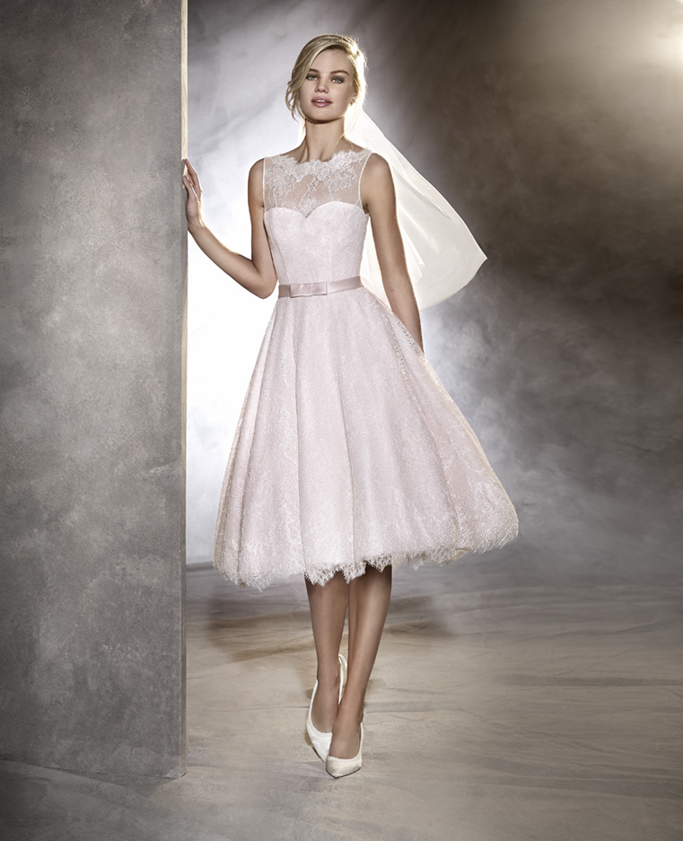 2f713db91f2c Per le spose che non vogliono rinunciare allo strascico si può optare per  l abito corto con bustino