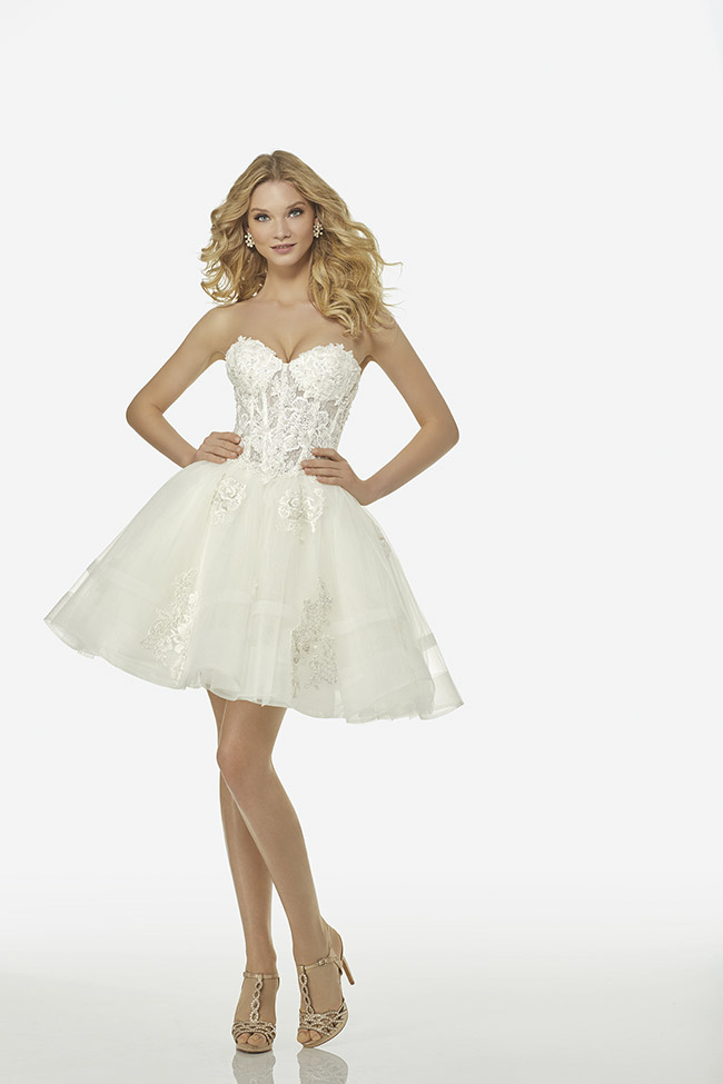 3bae01069f3d Per le spose che non vogliono rinunciare allo strascico si può optare per l abito  corto con bustino